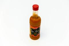 Piri-Piri von Sol & Mar: scharfe Chilisauce in der Flasche, isoliert vor weißem Hintergrund