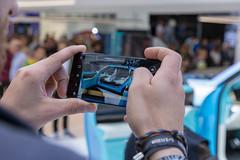 Autoblogger macht ein Foto mit dem Smartphone vom neuen Elektroauto Wey-X