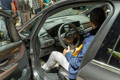 Mann sitzt im BMW Auto 225xe Active Tourer, Hybridwagen mit Allradantrieb aus der 2er Reihe