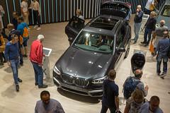 Menschen am BMW Messestand, am x3 Auto, auf der IAA