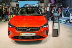 Roter Elektro-Kleinwagen von Opel: Corsa-e mit 11-kW-Bordlader, aus der Frontansicht, ausgestellt auf der IAA