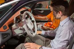 Innenraum mit Bedienelemente des E-Autos VW ID.3: Dunkles Cockpit mit oranger Armatur, Digitaldisplay, 10 Zoll Touchscreen mit Touch-Slider
