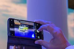 Instagramfotos von der IAA: Mann macht ein Handybild vom Concept-Car & Elektrobulli ID.BUZZ im Retrolook