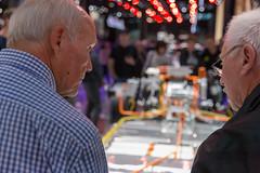 Zwei Männer betrachten den e-tron Antriebsstrang für vollelektrischer Audi-SUVs