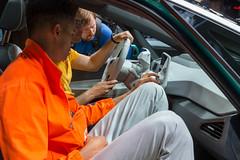 Männer testen die Bedienelemente im Innenraum des VW ID.3