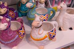 Verzierte Tassen in Form eines Schafes in verschiedenen Farben