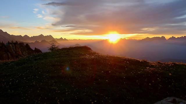 Sonnenaufgang auf dem Monte Rite, 2160 m, südliche Dolomiten (Bergwander- und Bikewoche Messner Mountain Museum).