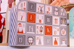 Adventskalender stehend in grau rot mit Weihnachtsmotiven