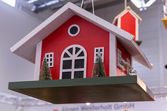 Hängendes weihnachtlich geschmücktes Vogelhaus aus Holz