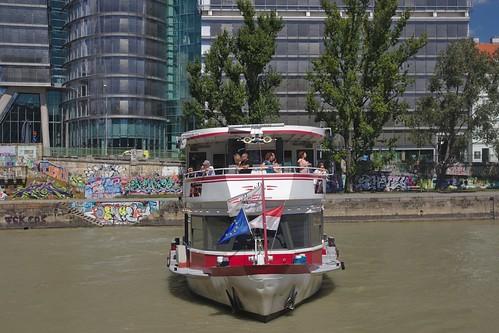 2017-08-14 AT Wien 02 Leopoldstadt, Donaukanal, Uniqa Tower, Blue Danube 30000186