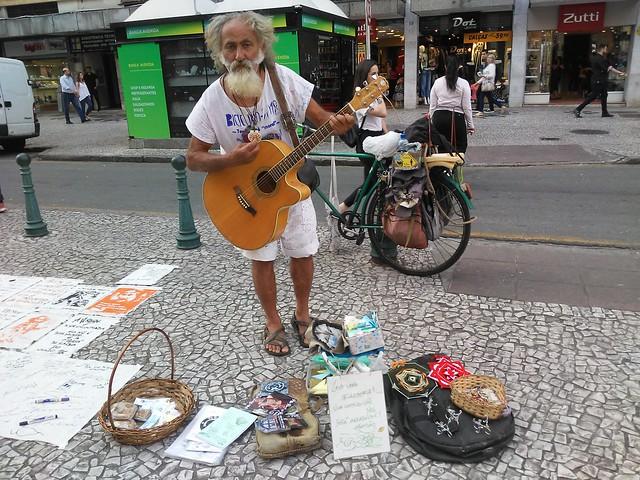 Plá toca na rua XV desde a década de 80. - Créditos: Ana Carolina Caldas