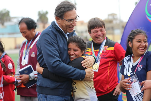 El Presidente de la República Martín Vizcarra premió a las ganadoras del campeonato de fútbol femenino en el marco de los Juegos Deportivos Escolares Nacionales sede Bartolomé Herrera.