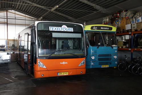 Texels Tour Van Hool New A 330  met kenteken BN-JX-43 en  Cabriobus DAF MB 200 Den Oudsten met kenteken BN-96-LL in de garage van Texel Tours in Oudeschild 21-09-2019