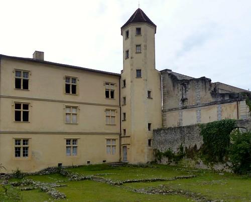 ???? Le logis abbatial de Sorde-l'Abbaye, Landes. On peut voir au sol les vestiges des thermes romains sur lesquels est construit le bâtiment