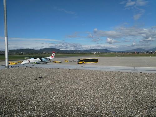 Austrian (OS963 - Dash 8-400) und Flughafenbus am Flughafen Graz