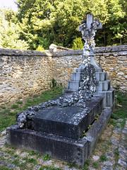 Cimetière de l'Eglise St-Férréol. La tombe de Mme de Waru