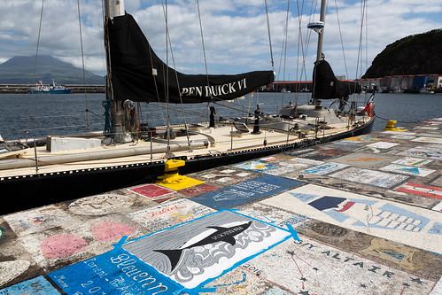 Pen Duick IV et son dessin sur le port de Horta