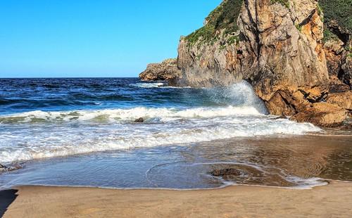Las olas en la Playa de Amió.  Cantabria.
