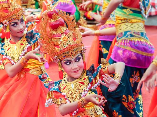 Gestes .. Regards..Bali dancers.