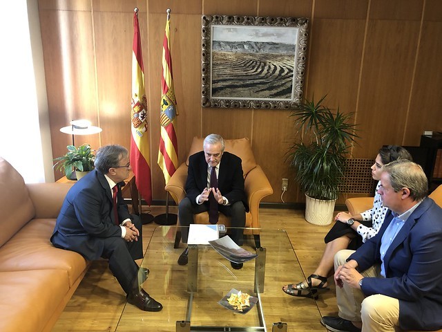 Entrega a las Cortes del Informe especial Mesa de la Soledad no elegida de nuestros Mayores