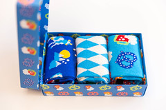 Geöffnete 3er Pack Happy Socks Box in der Bavaria Edition vor weißem Hintergrund