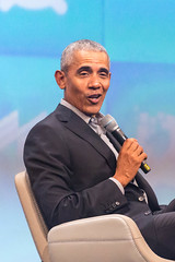 Barack Obama hält ein Mikrofon und spricht bei der Investorenkonferenz Bits & Pretzels, in der Nahaufnahme