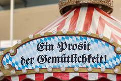"""""""Ein Prosit der Gemütlichkeit!"""" - Oktoberfestzelt-Dekoration mit Glühbirnen und bayrischen Farben"""