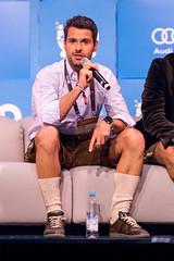 Michael Treskow von Eight Roads Ventures in Lederhosen auf der Couch bei Bits & Pretzels 2019
