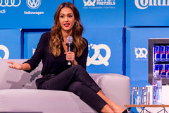Jessica Alba on the couch of Bits&Pretzels as an outstanding example for a woman entrepreneur