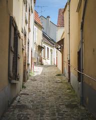 Petite ruelle vallonnée du centre-ville - Saint-Florentin
