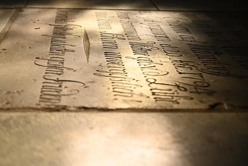 Licht und Schatten auf einer Grabplatte  im Ratzeburger Dom