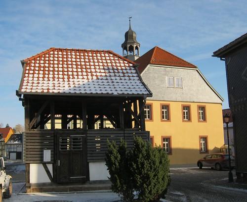 Heringen (Helme): Glockenhäuschen mit Rathaus
