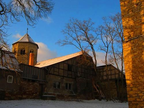Göllingen: Klosterturm Sankt Wigbertii mit Apsis im Kichgarten von Sankt Michaelis