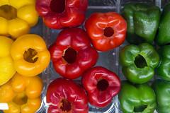 Entkernte ganze Paprika rot, gelb und grün top-view