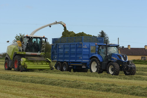 Claas Jaguar 880 SPFH filling a Broughan Engineering Mega HiSpeed Trailer drawn by a New Holland T7.210 Tractor