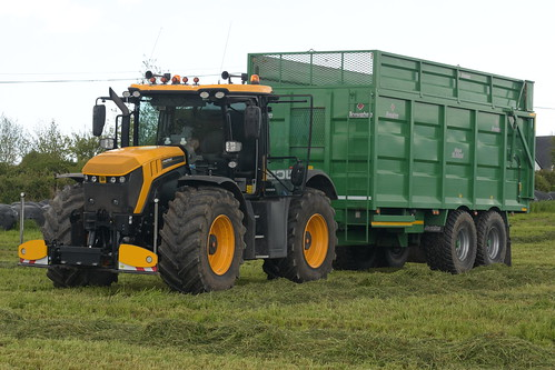 JCB 4220 Fastrac Tractor with a Broughan Engineering Mega HiSpeed Trailer