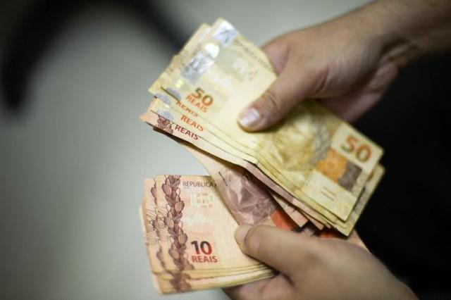 Ao todo, 73,03% das famílias brasileiras receberam menos de seis salários mínimos por mês entre 2018 e 2019. Há nove anos, eram 68,4%. - Créditos: Reprodução