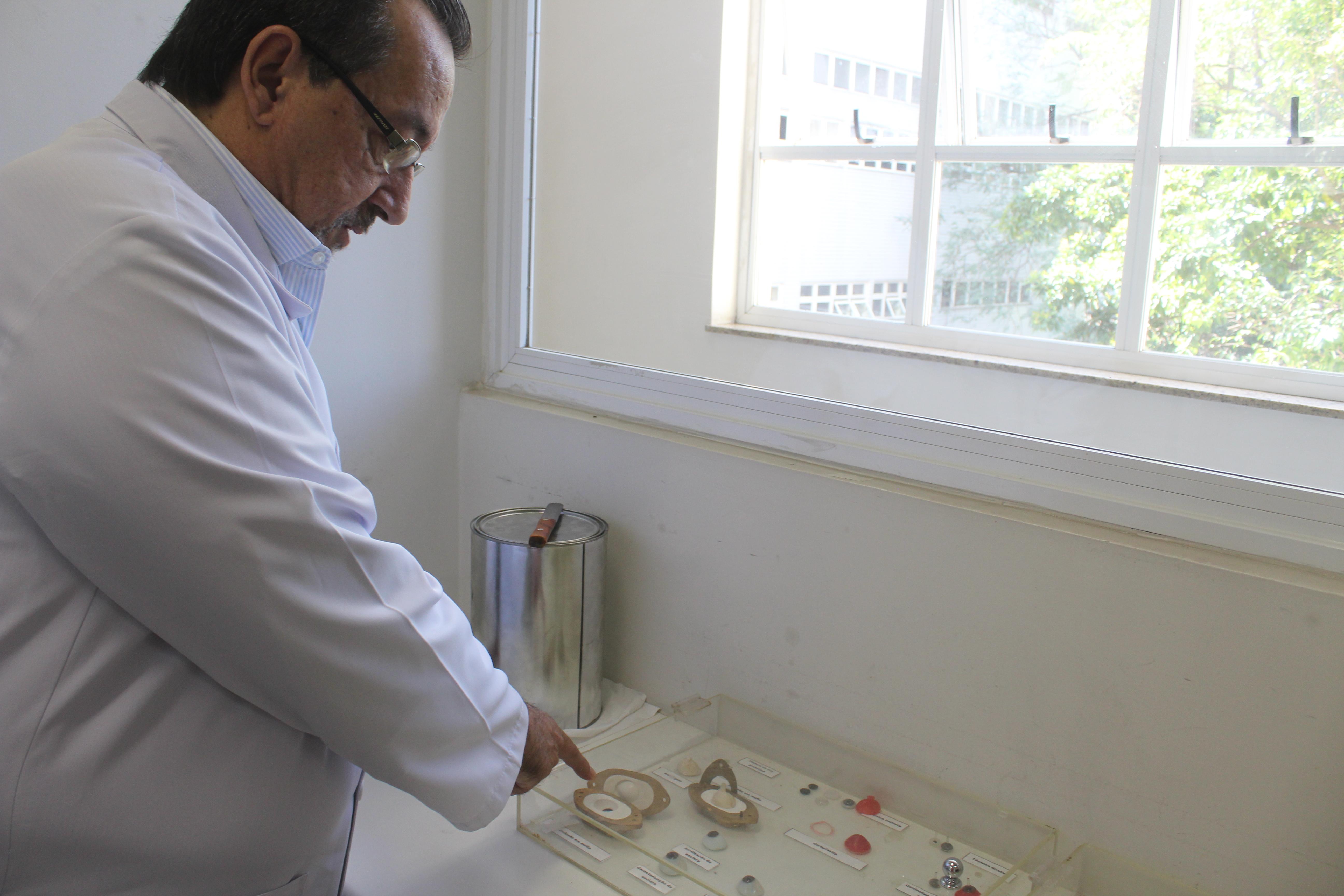 O diretor-adjunto do Laboratório de Próteses, Paulo César Carvalho, mostra algumas das próteses produzidas no laboratório