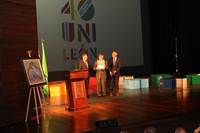 El presidente de la Asociación de Colegios Profesionales de León COLPROLEON recoge su reconocimiento