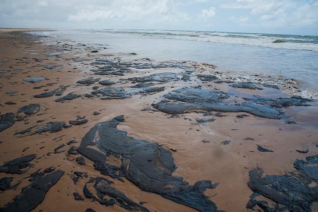 Manchas de óleo na praia de Pirambu, em Sergipe: derramamento atingiu todo o litoral do Nordeste e a foz do São Francisco - Créditos: AFP/ADEMAS/Marcos Rodrigues