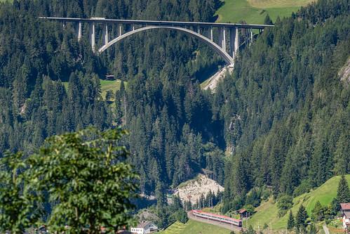 Brenner Autobahn mit Äußere Nößlachbrücke und Eurocity ÖBB bei Sankt Jodok - AT