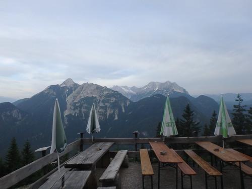 Brunnsteinhütte am Morgen: Blick ins Wettersteingebirge