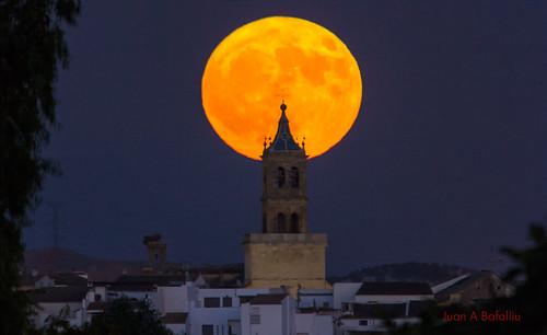 Luna llena en mitad del campanario