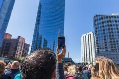 Tourist fotografiert die Wolkenkratzer von Chicago während einer Sightseeing-Bootfahrt