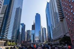 Touristen auf einer Sightseeing-Bootsfahrt in Downtown Chicago