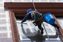 Fensterreinigung mit Seil: Gebäudereiniger putzt Fenster in Downtown Chicago