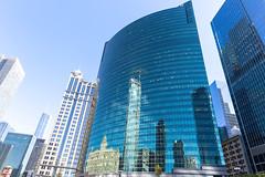 Spiegelungen in der besonderer Glasfassade vom 333 Wacker Drive Wolkenkratzer in Chicago