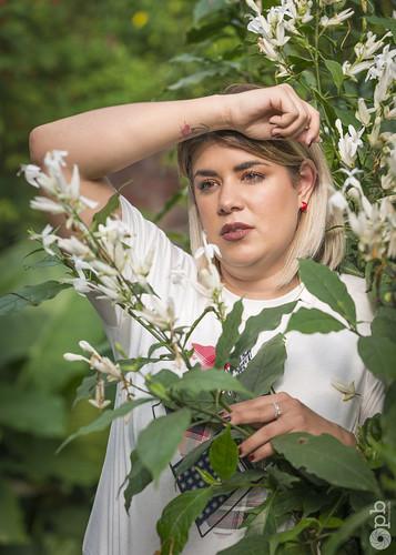 Elodie éblouie parmi les fleurs