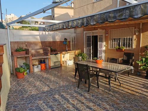 Fabuloso porche con barbacoa, y vistas fabulosas a la montaña.  Solicite más información a su inmobiliaria de confianza en Benidorm  www.inmobiliariabenidorm.com