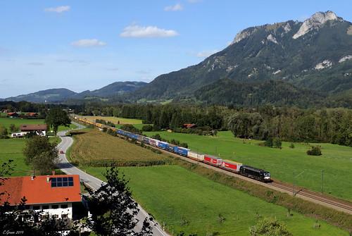 Ein unbekannt gebliebener MRCE-Vectron zieht einen KLV-Zug bei Kirnstein in Richtung Deutsch-Österreichische Grenze, 19.09.2019